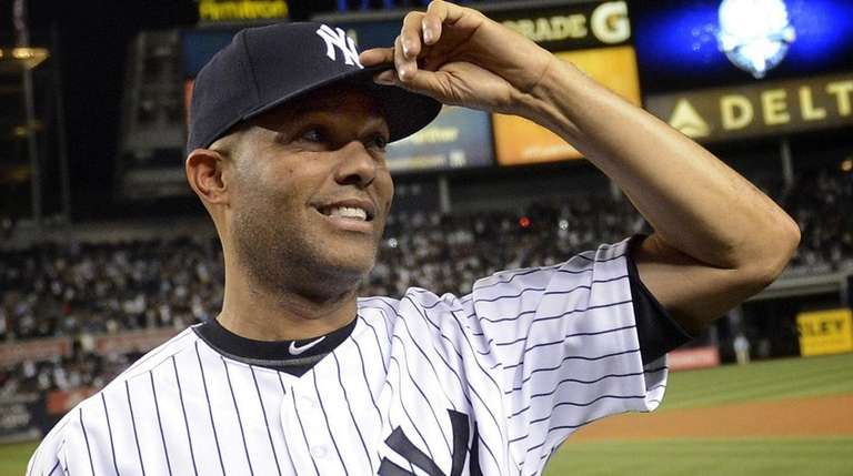 Yankees closer Mariano Rivera tips his cap to
