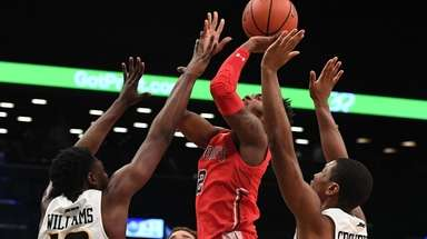 St. John's guard Shamorie Ponds makes a shot