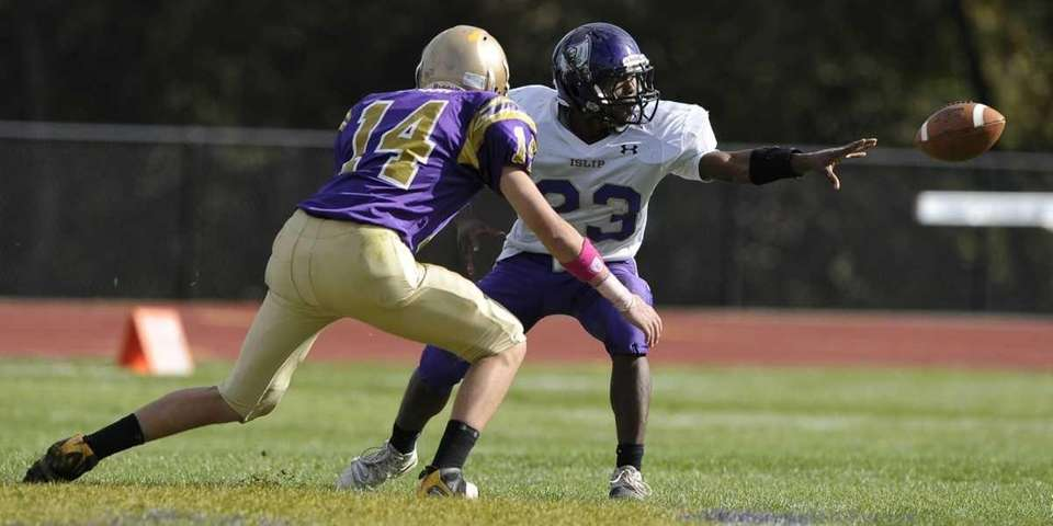 Islip's Jeffrey Craig makes a lateral pass during