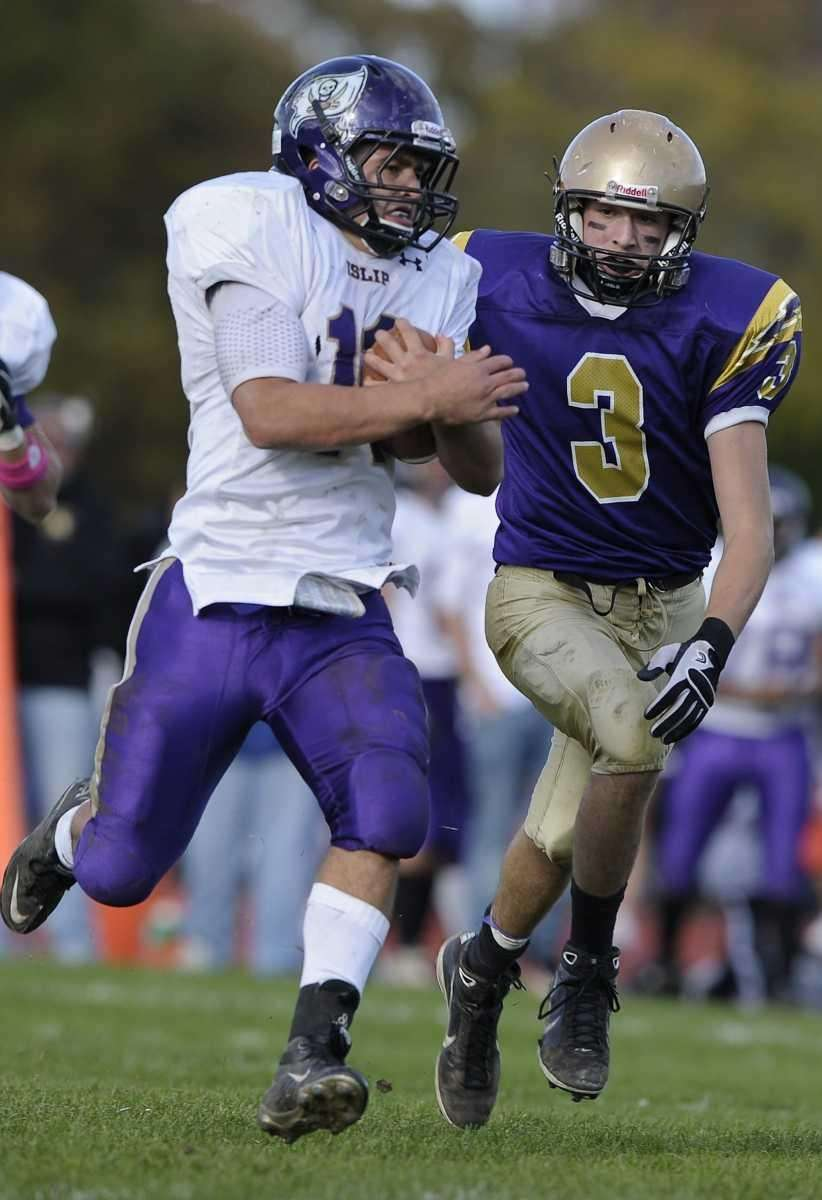 Islip's Alex Gavaria scores a touchdown. (Oct. 16,