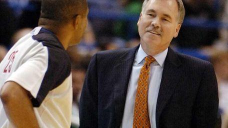 Knicks head coach Mike D'Antoni speaks with a