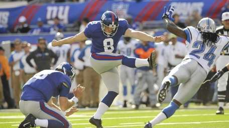 Shayne Graham, filling in for injured Giants kicker