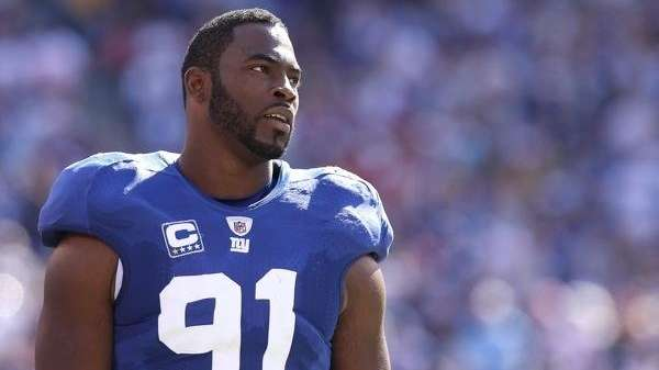 Justin Tuck of the Giants on the sidelines