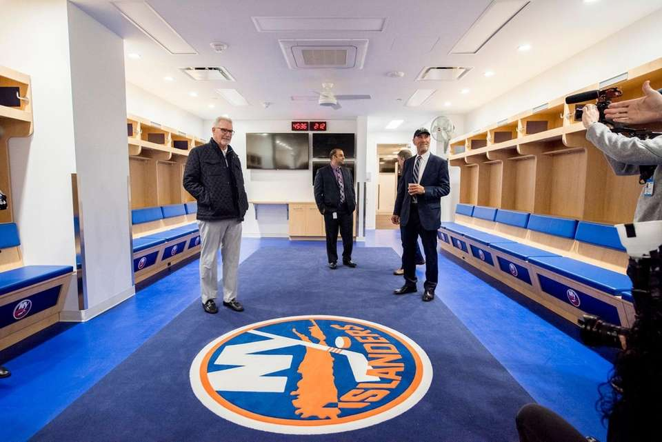 Former Islanders Clark Gillies (L) and Bobby Nystrom