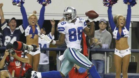 Dallas Cowboys kick returner Dez Bryant runs back