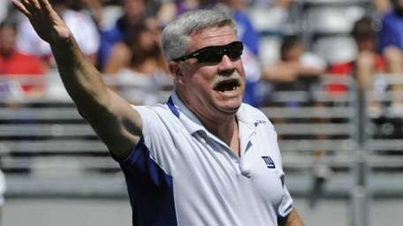 New York Giants offensive coordinator Kevin Gilbride reacts