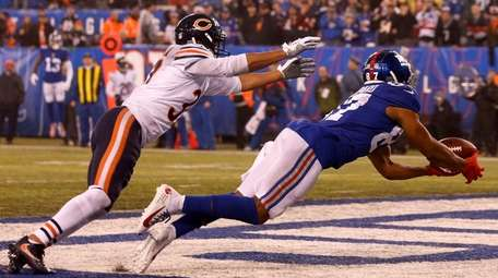 Sterling Shepard of the Giants just misses a