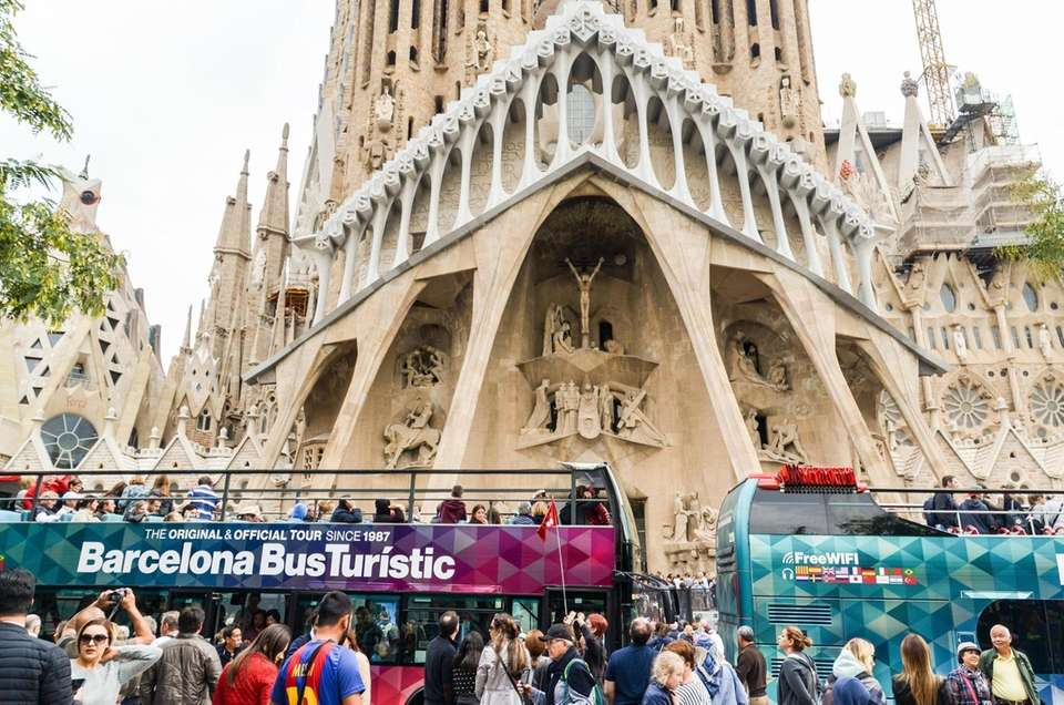 Tourist buses are shown in front of Antoni