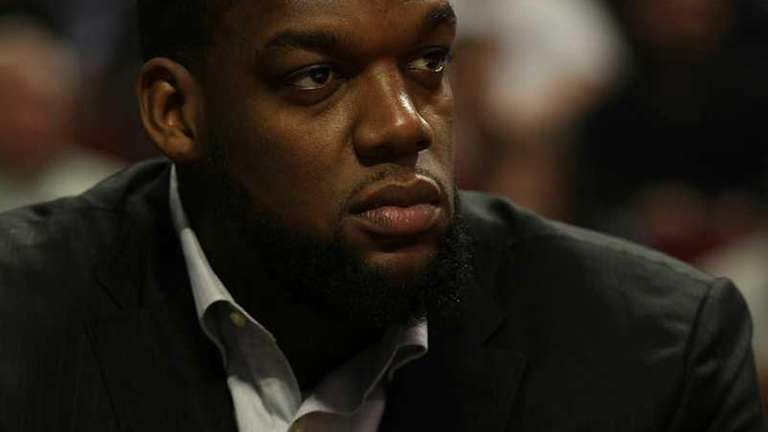 Eddy Curry of the New York Knicks sits