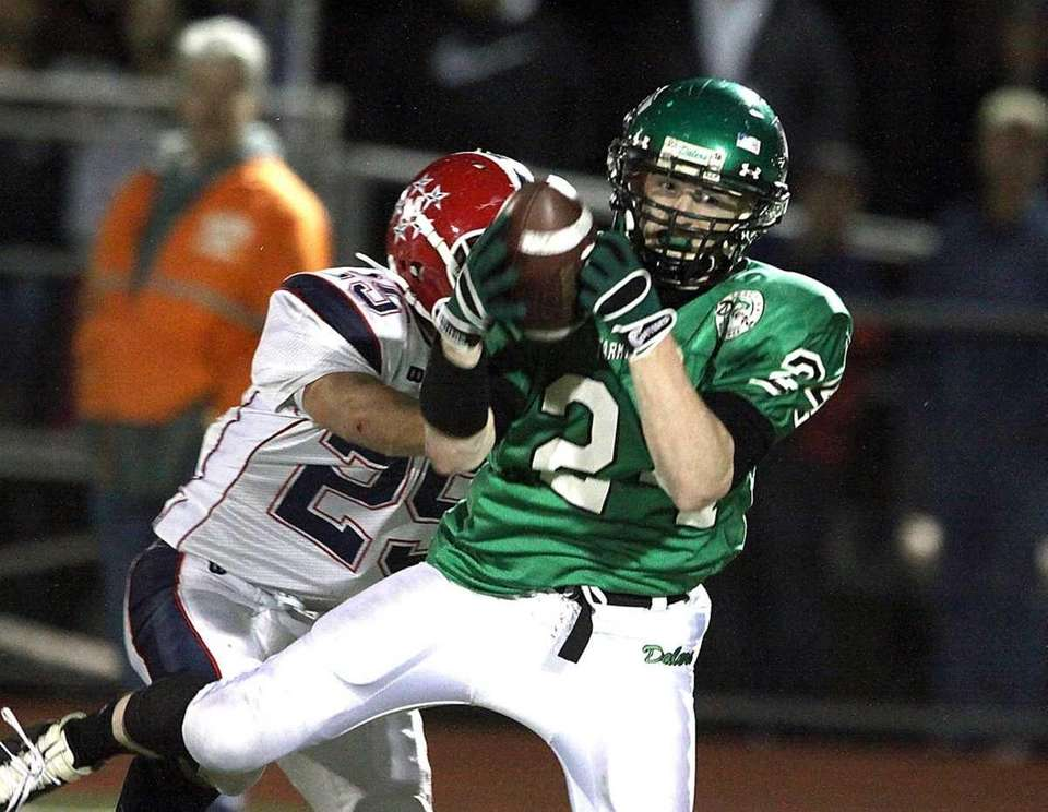 Farmingdale's Vinny Schultz makes a catch for a