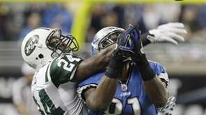 Jets cornerback Darrelle Revis breaks up a pass