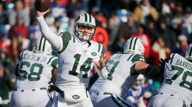 New York Jets quarterback Sam Darnold passes against