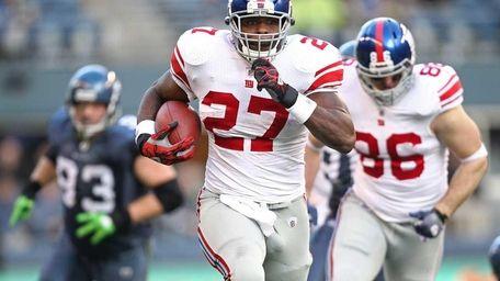 Giants running back Brandon Jacobs breaks off a