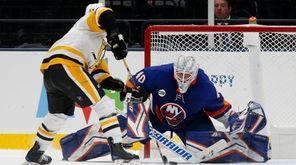 Islanders goalie Robin Lehner surrenders the game-winning shootout
