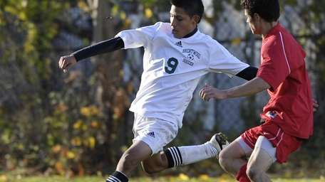 Brentwood's Giancarlo Luna, left, is about to pass