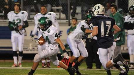 Farmingdale Dalers running back Mike Palmer runs with