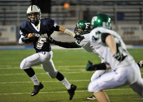 Oceanside Sailors wide receiver Gene Garay (5) breaks