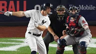 Yankees leftfielder Brett Gardner hits a sacrifice fly