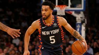 Courtney Lee of the Knicks controls the ball