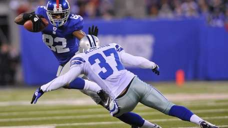 Mario Manningham of the New York Giants fends