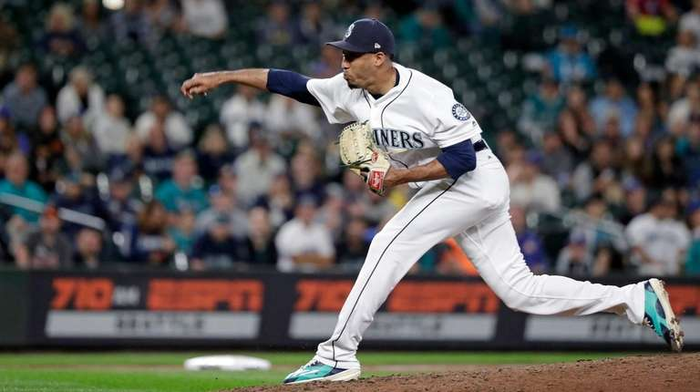 Seattle Mariners closing pitcher Edwin Diaz throws against