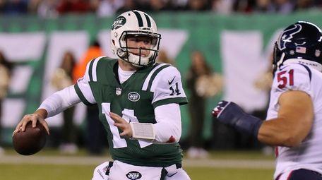 NY Jets QB Sam Darnold looks to pass