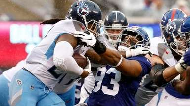 Derrick Henry stiff-arms the Giants' B.J. Goodson during