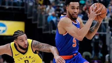 Knicks guard Courtney Lee controls the ball while