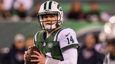 Jets quarterback Sam Darnold looks to pass during