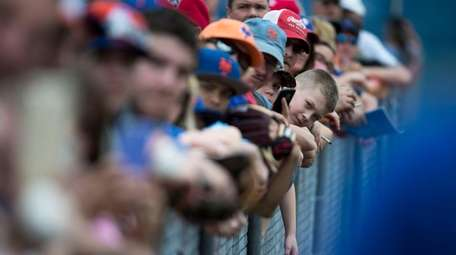 Mets fans wait for autographs during a spring