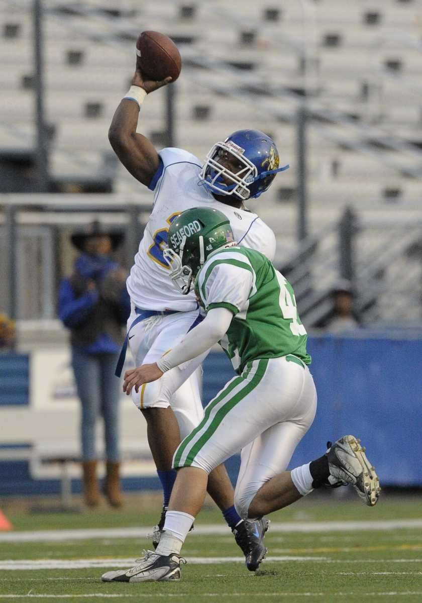 Roosevelt's Donte Colter throws a pass under pressure