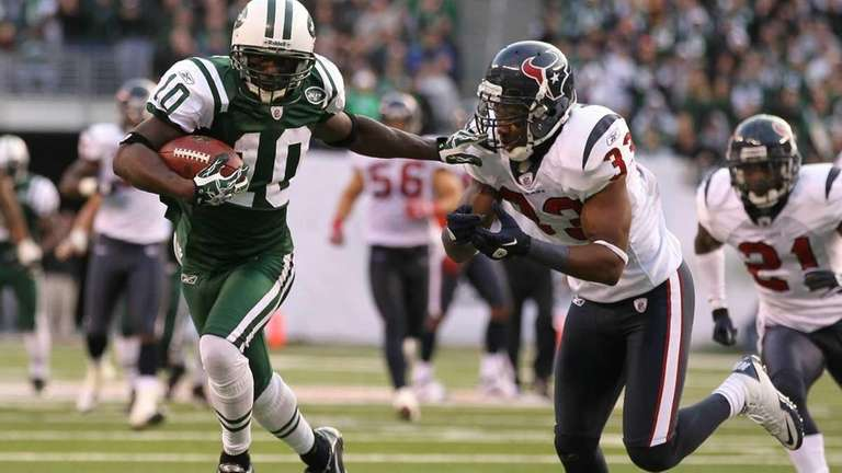 Santonio Holmes of the New York Jets eludes