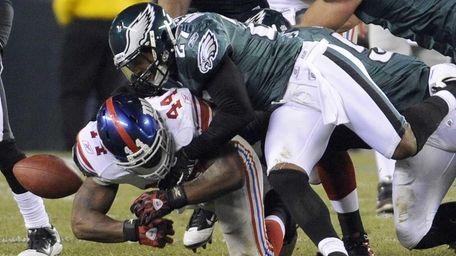 New York Giants running back Ahmad Bradshaw fumbles