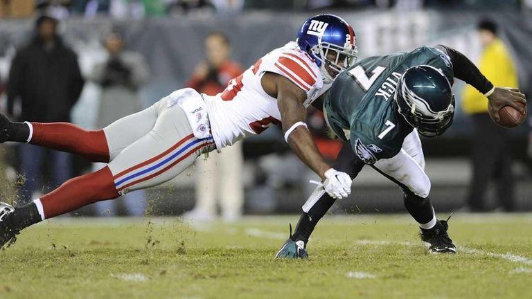 Philadelphia Eagles quarterback Michael Vick scrambles out of