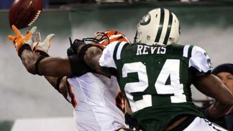 Darrelle Revis breaks up a pass intended for