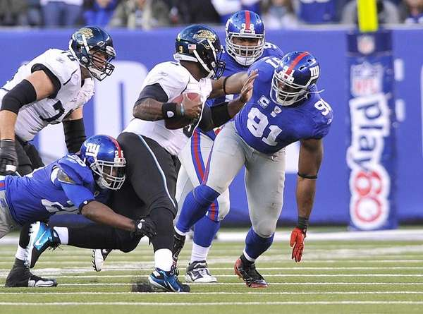 Giants defensive end Justin Tuck, right, zeros in