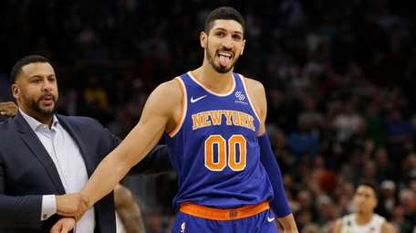 Knicks' Enes Kanter (00) reacts to the crowd