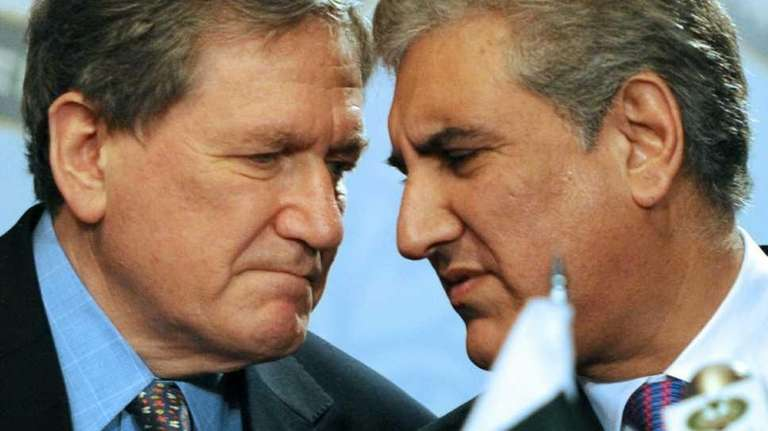 (FILES) Pakistan Foreign Minister Shah Mehmood Qureshi (R)