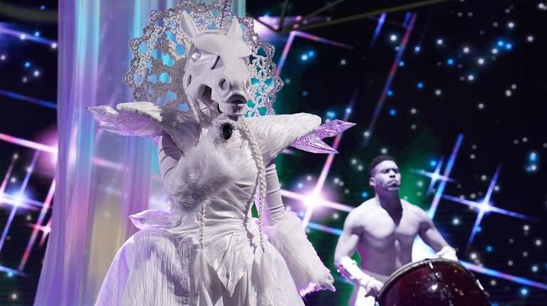 """""""Unicorn"""" performs on the premiere of """"The Masked"""