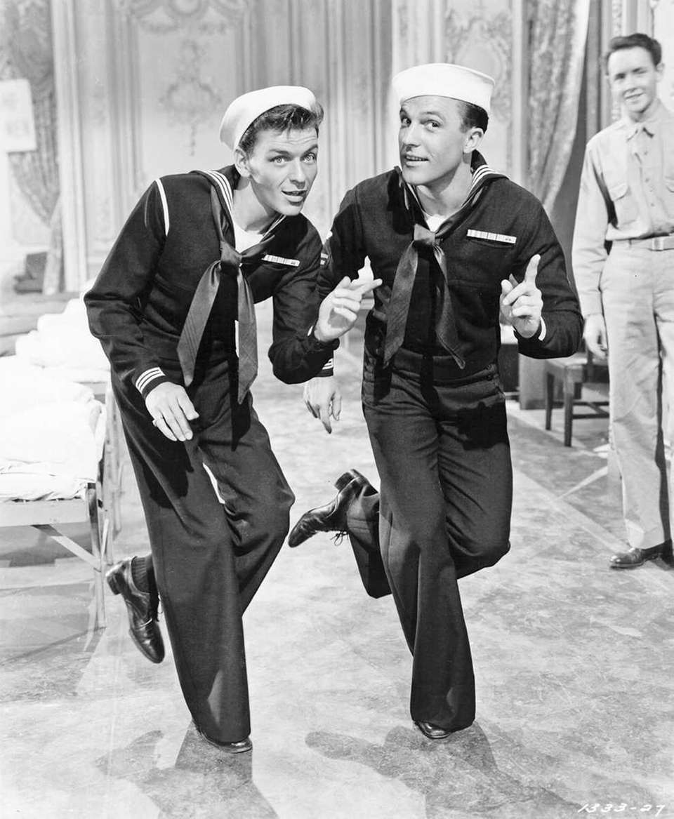 Frank Sinatra and Gene Kelly play a couple