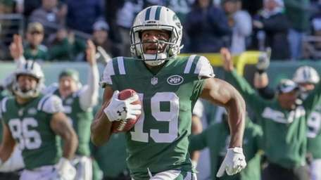 Jets wide receiver Andre Roberts returns a kickoff