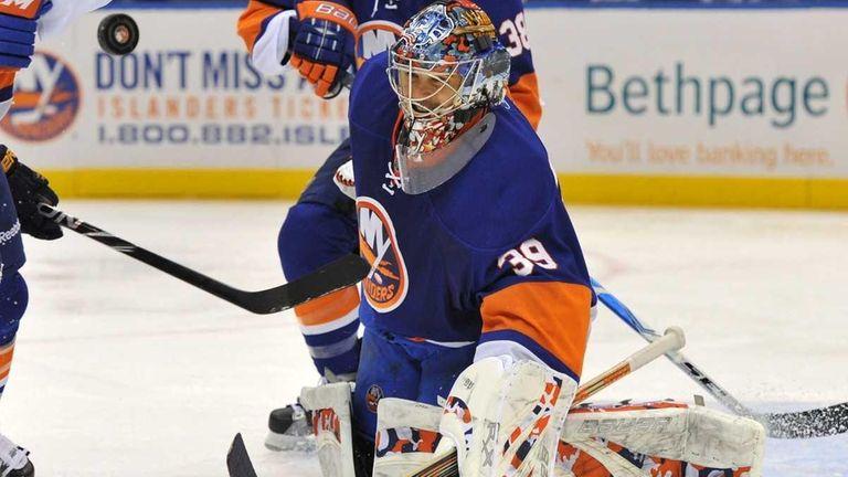 New York Islanders goaltender Rick DiPietro deflects a