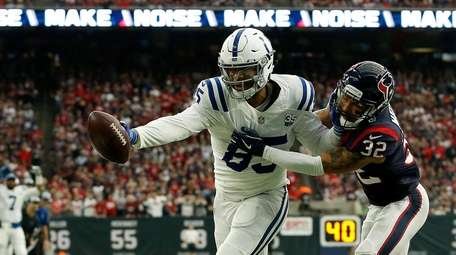 Eric Ebron #85 of the Indianapolis Colts catches
