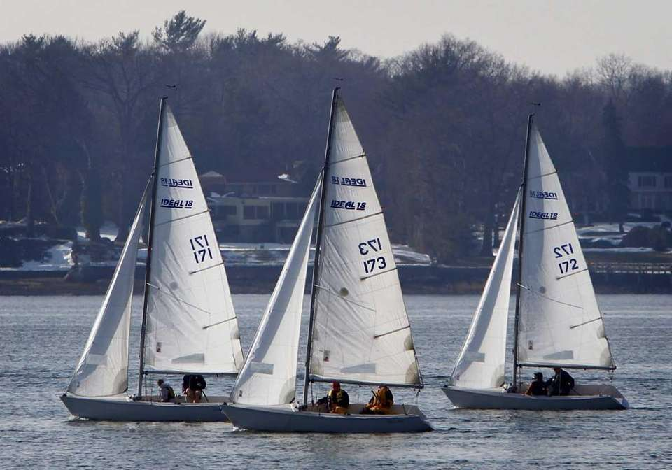Sailboats in the Ideal 18 class head out
