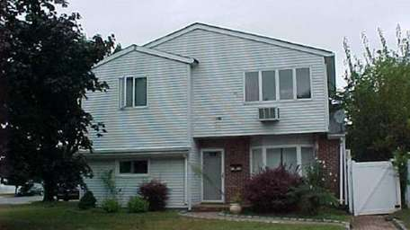 Bethpage 4116 Daisy Rd. $315,900 Located in the