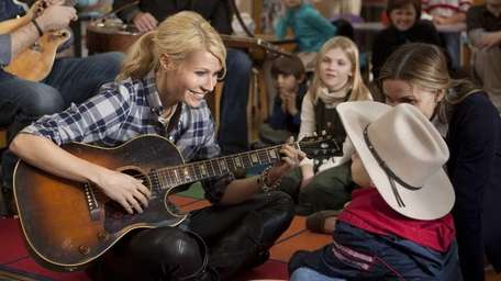 Kelly (Gwyneth Paltrow) readily agrees to sing for