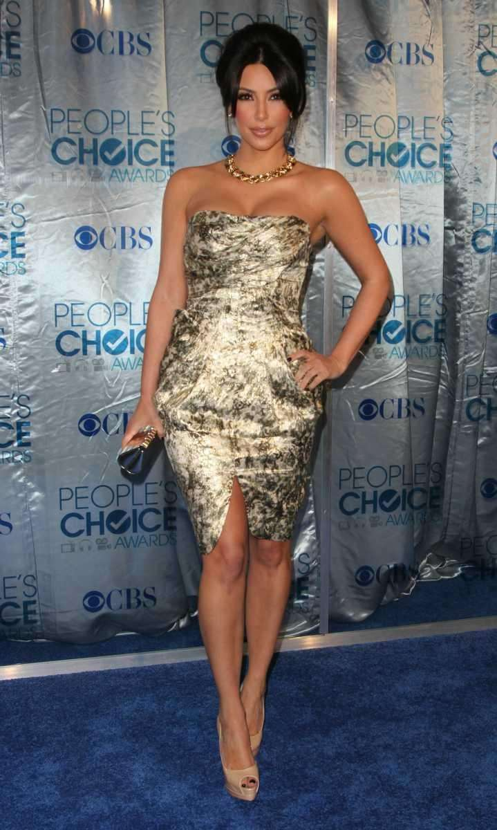 Kim Kardashian arrives at the People's Choice Awards