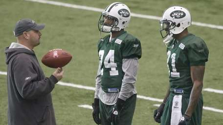 Jets defensive coordinator Mike Pettine talks with cornerbacks