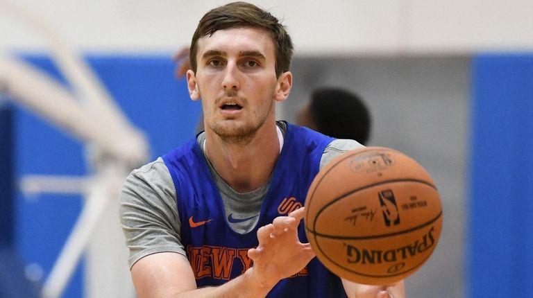 Knicks forward/center Luke Kornet receives a pass during