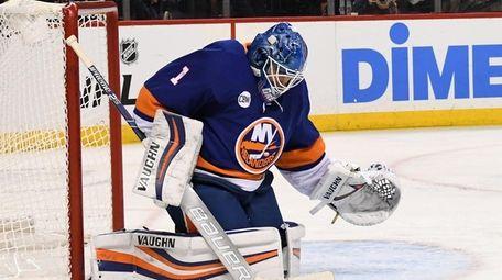 New York Islanders goaltender Thomas Greiss makes a